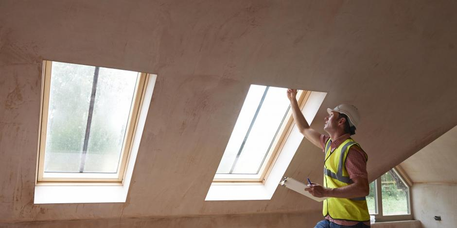 contractor_inspecting_home_windows